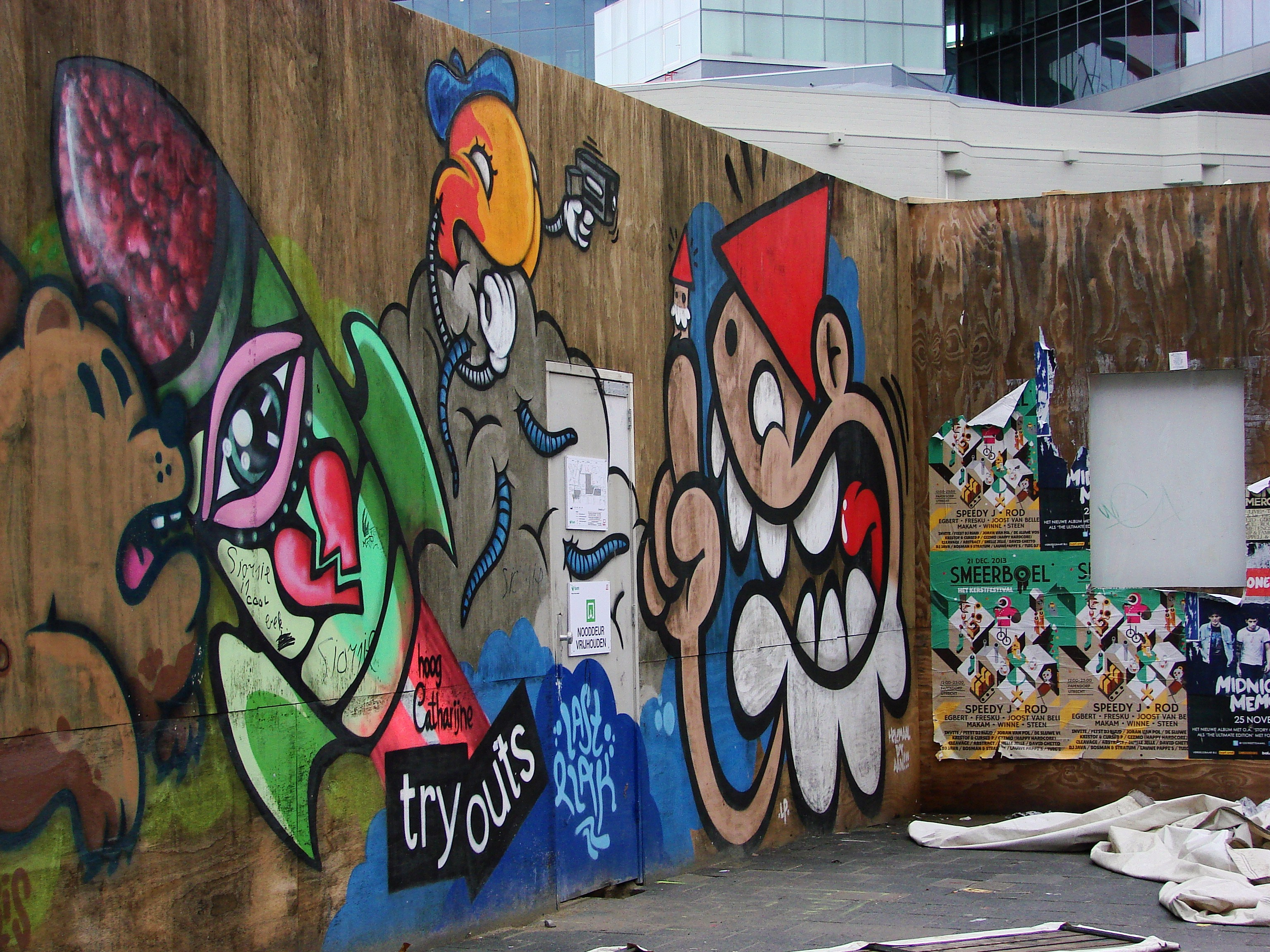 Graffiti wall utrecht - The Rest Of His Out Of This World Companions Can Be Seen From Right To Left And Represent A Few Other Utrecht Symbols And Institutions